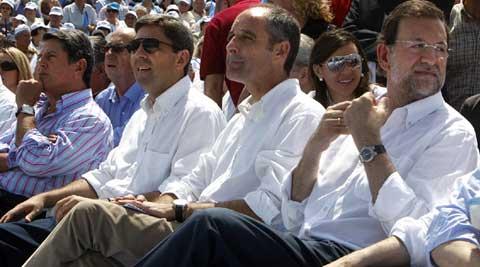 Camps, franqueado por Trillo y Rajoy. Todos miran a otro lado...