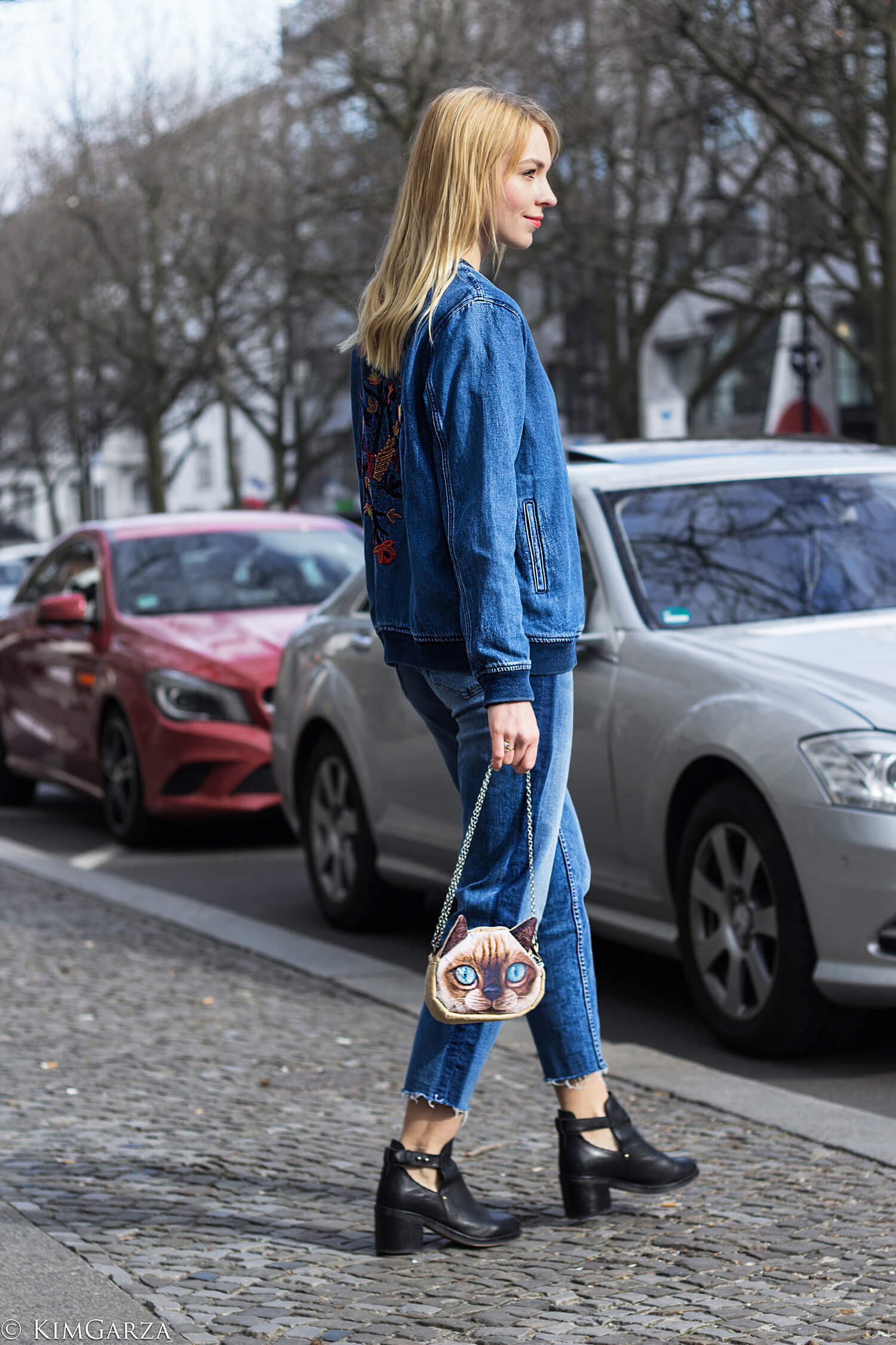 Full Denim Look mit Blumen Stickereien
