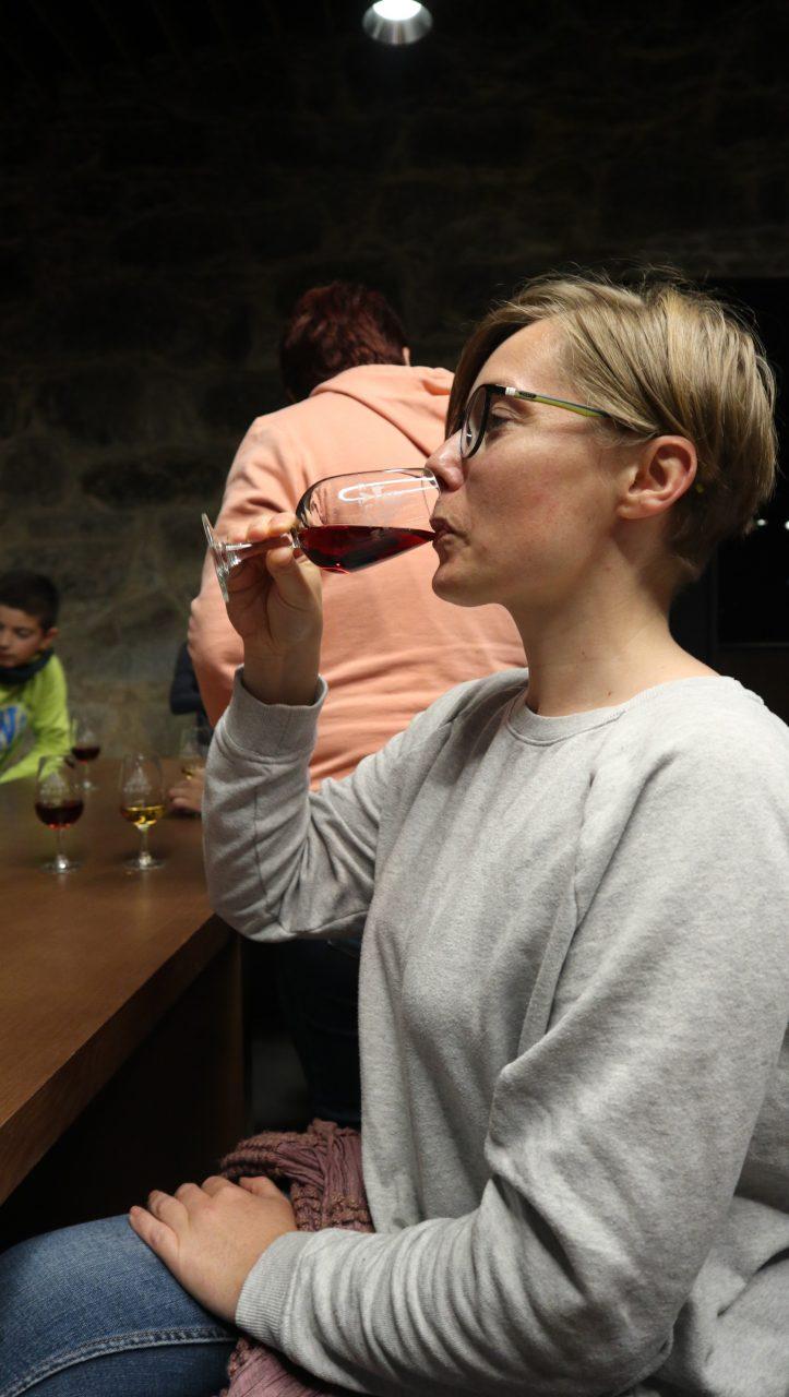Joanna pije wino w winiarni w Porto.