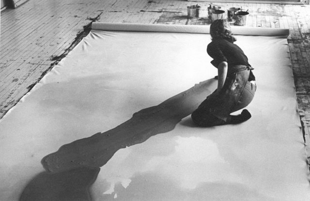 https://i0.wp.com/www.thebohmerian.com/wp-content/uploads/2011/12/Jewish-American-abstract-expressionist-painter-and-artist-Helen-Frankenthaler-photographed-working-in-her-new-york-studio-by-Austrian-photographer-Ernst-Haas-2.jpg