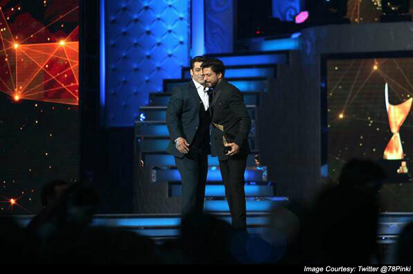 The famous Shahrukh& Salman hug at the Star Guild Awards