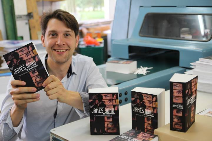 """Danny Morgenstern in der Druckerei mit seinem Lexikon """"James Bond für Besserwisser"""""""