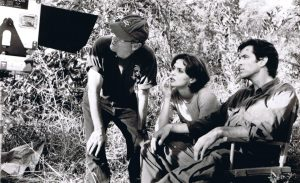 Director Martin Campbell (l.), Izabella Scorupco (m.) and Pierce Brosnan