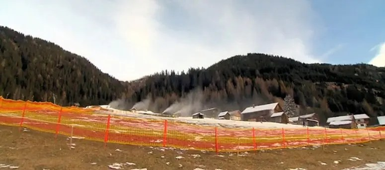 Snow cannons in action at the closed set / Photo: Pro7