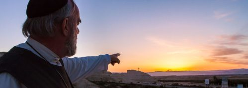 broeder andrew wijzend naar het kruis