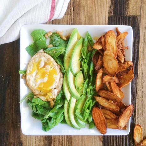 Composed salad for the win!  Spinach, walnut, egg + malted vinegar + @flavorgod s+p Avocado  Sugar snap peas  Turnip chips + @flavorgod pizza #bigasssalad #flavorgod  #lunchgoals #composedsalad #putaneggonit