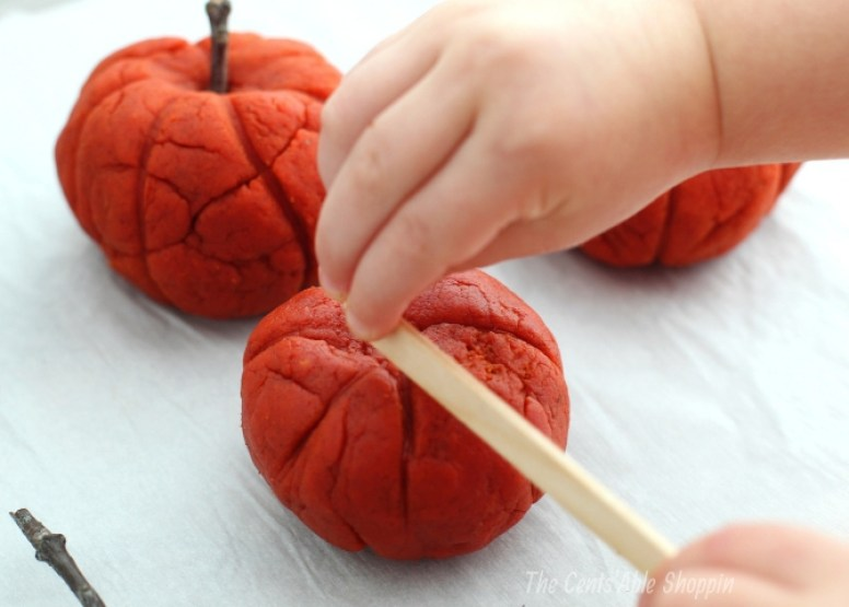 If you love pumpkins and pumpkin pie, you'll go crazy for this homemade pumpkin play dough recipe. This play dough is a wonderful sensory activity for kids!