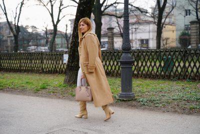 Camel coat con pantaloni bianchi e borsa Prada color cipria - Dal mio Instagram @the_chic_jam