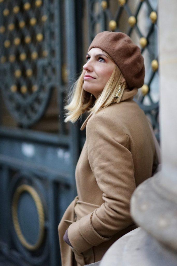Basco marrone e cappotto cammello indossato durante la Paris Fashion Week 2020