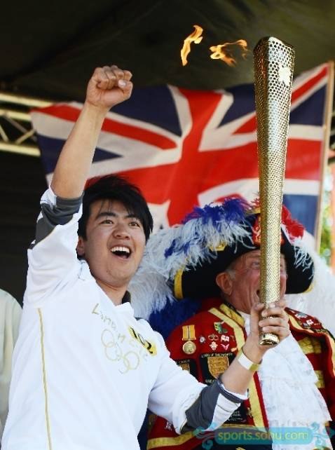 Pianist Lang Lang carries Olympic torch in London