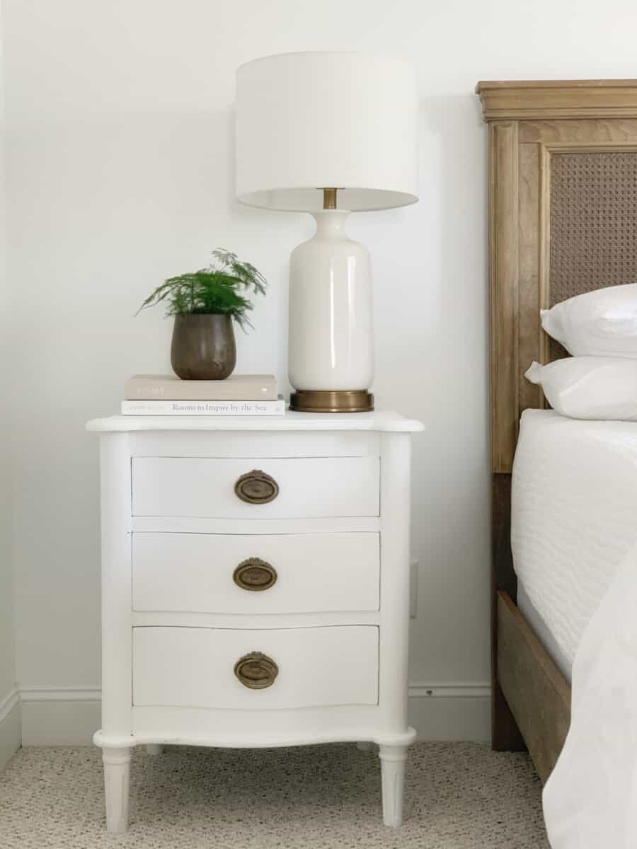 20+ white designer lamps for every budget. #whitelamp #designerlamp #tablelamp #coastaldecor #neutraldecor #livingroomdecor