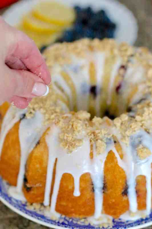 topping blueberry cake with crumb topping