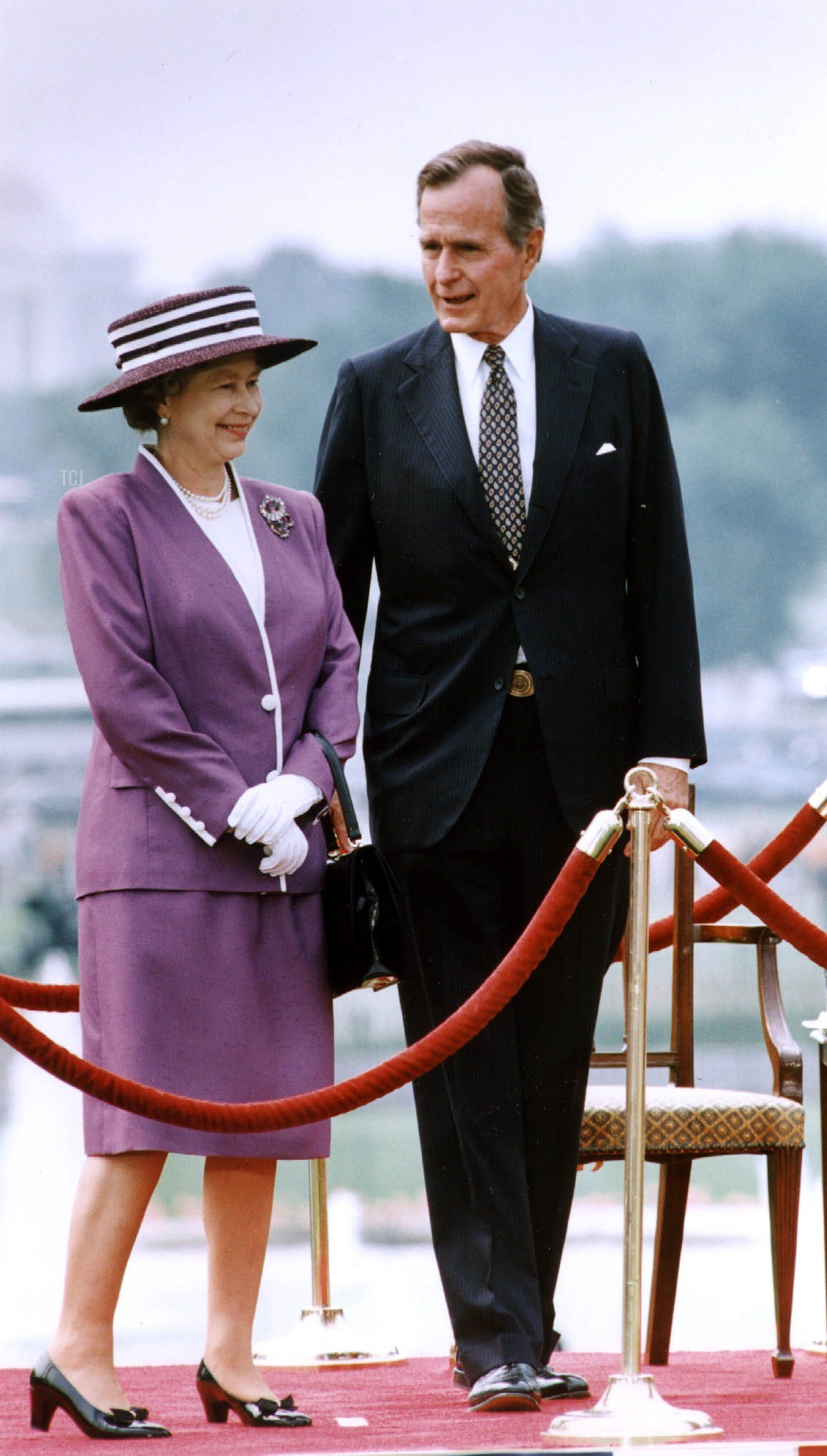 US President George Bush (R) talks to Great Britain's Queen Elizabeth II (L) during a 14 May 1991 welcoming ceremony at the White House, Washington, DC. The queen was given a red carpet welcome and a 21-gun salute