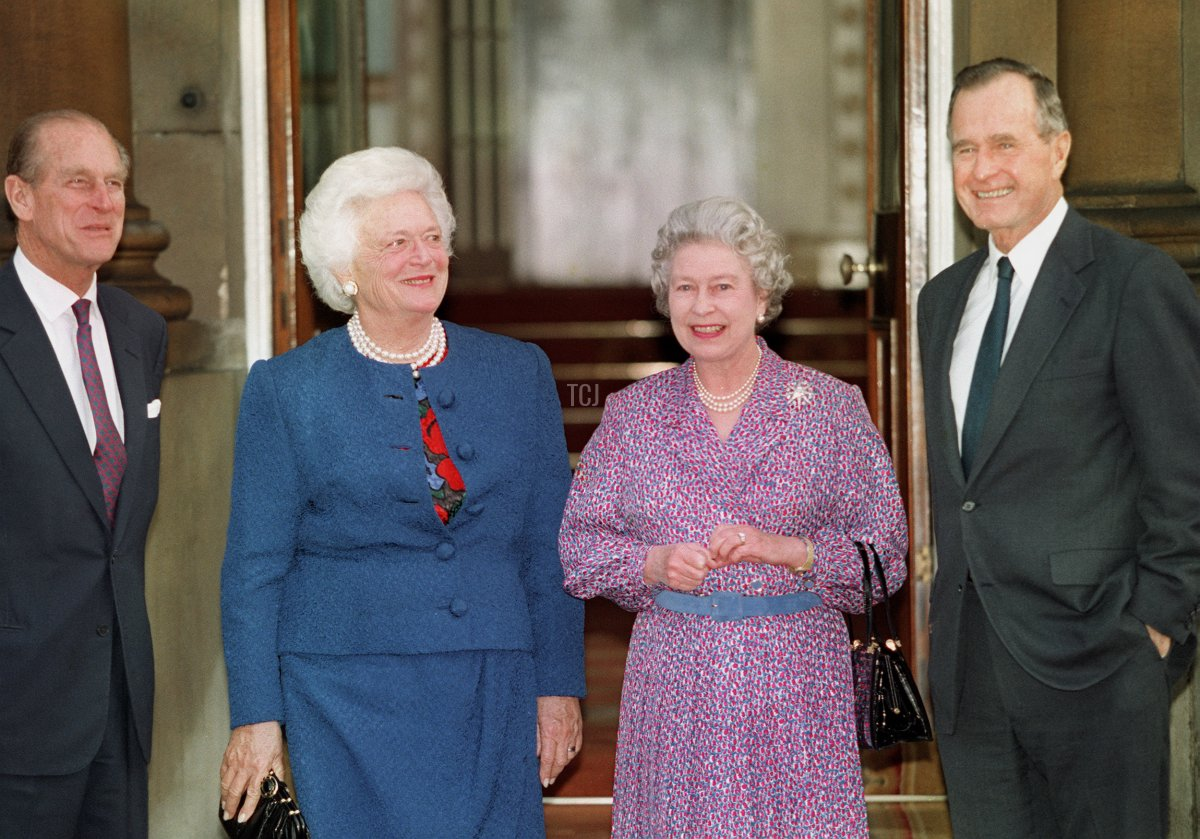 Britain's Queen Elizabeth II (2ndR) and Prince Philip (L) pose with former US President George Bush (R) and his wife Barbara (2ndL) 30 November 1993 after Bush had been awarded an honorary Knight Grand Cross of the Order of he Bath bythe Queen at a private lunch in London