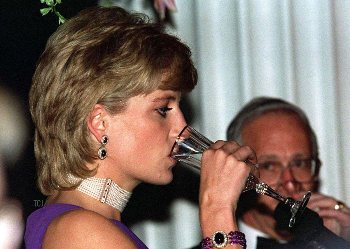 The Princess of Wales drinks the loyal toast at the charity fund raising Gala dinner in Chicago, 5 Jun 1996