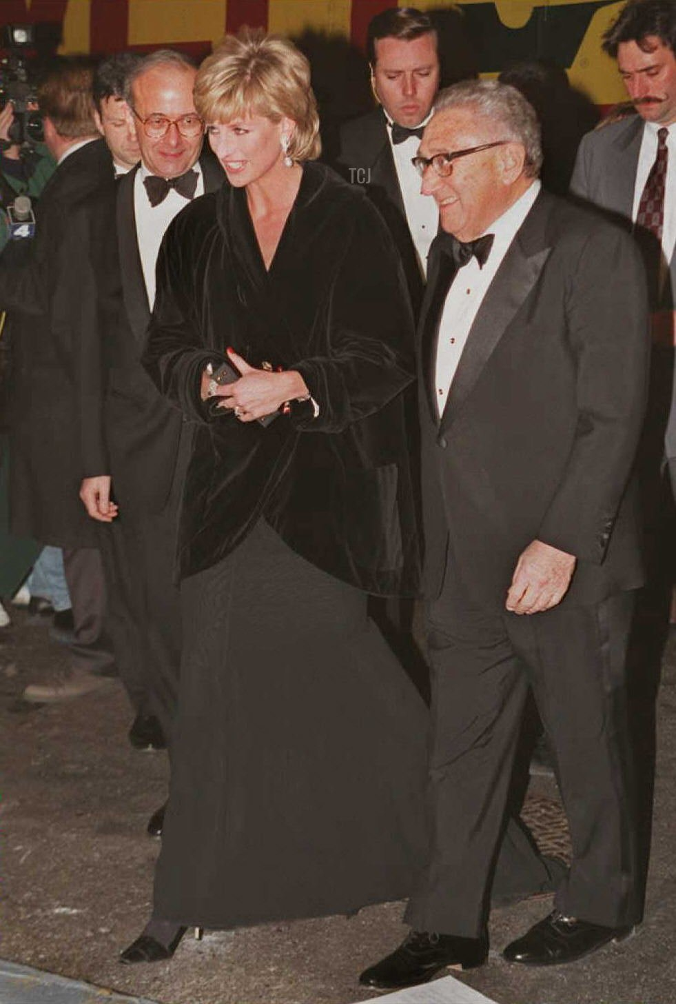 rincess Diana (L) is met by former US Secretary of State Henry Kissinger as she arrives at a black-tie benefit gala in New York 11 December. At the gala Kissinger will present the Princess with the 1995 United Cerebral Palsy Humanitarian of the Year award for her charity work