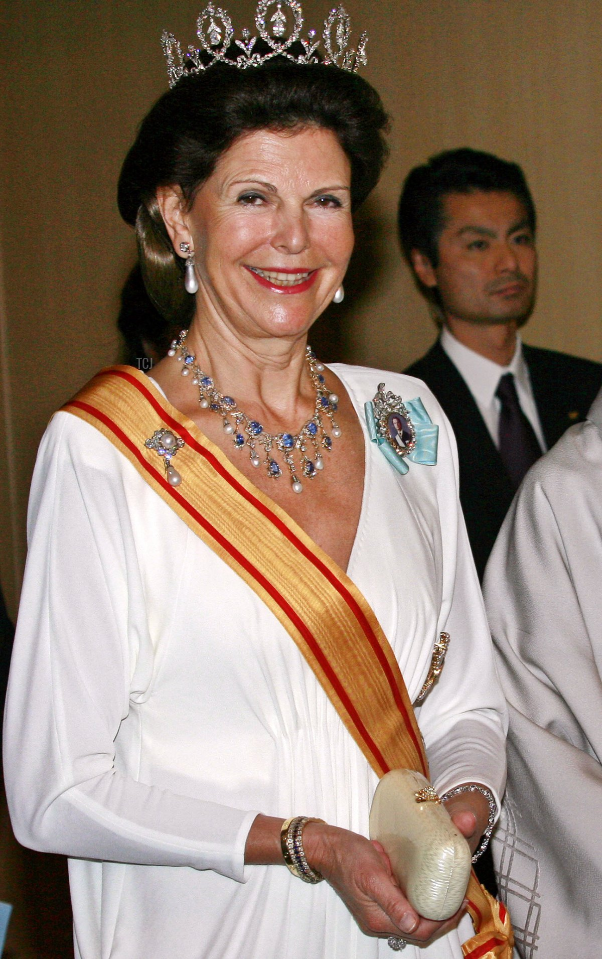 Swedish Queen Silvia (L) walks with Japanese Empress Michiko to a banquet, hosted by Swedish King at a Tokyo hotel, 27 March 2007