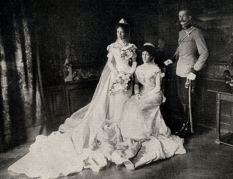 The wedding of Archduchess Elisabeth Amalie of Austria with Prince Aloys of Liechtenstein. Here, the newlyweds, posing with the bride´s mother, Archduchess Maria Theresa of Austria, neé Infanta of Portugal, 1903