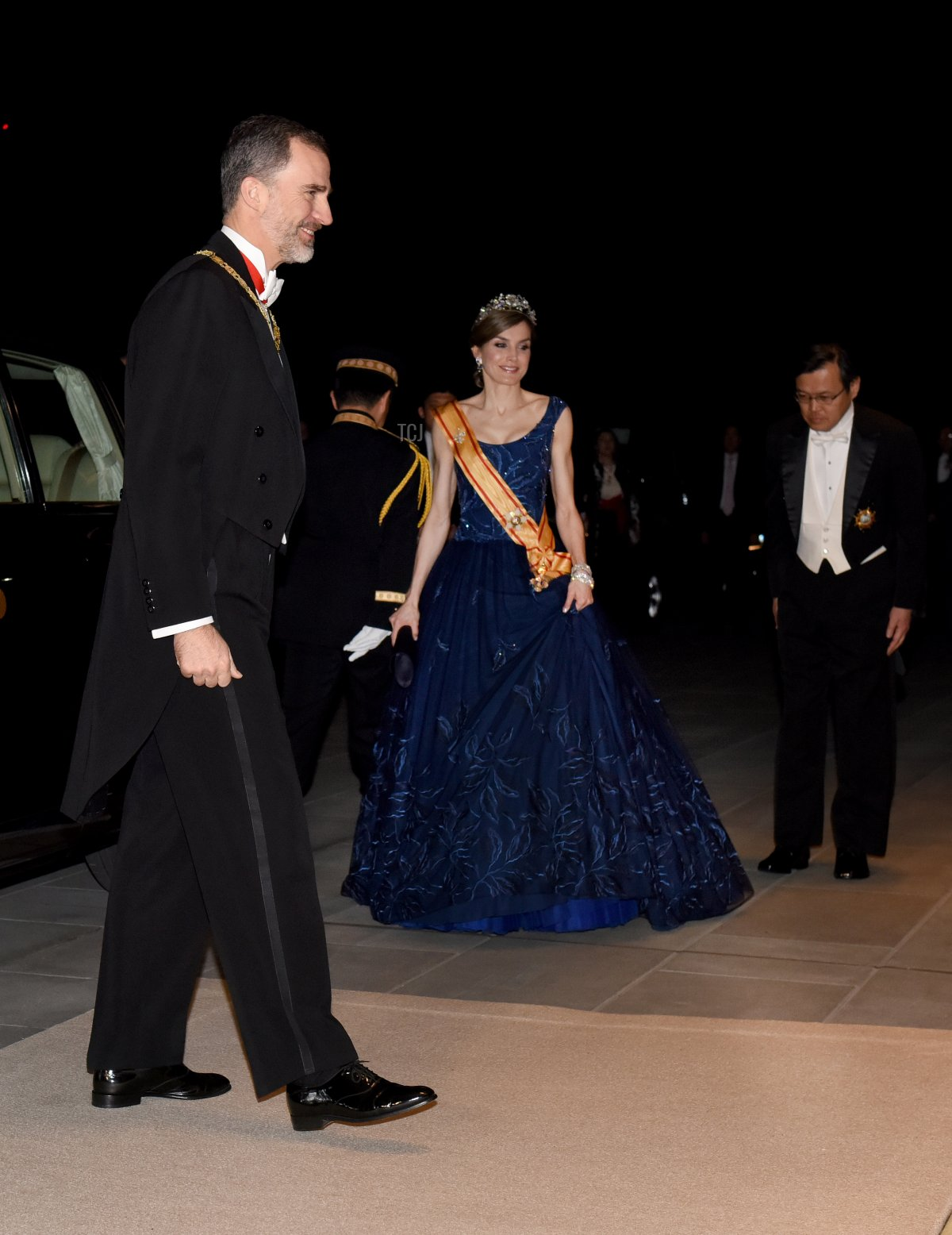 Spanish King Felipe VI (L) and Queen Letizia (C) arrive at the Imperial Palace in Tokyo for the state banquet hosted by Japanese Emperor Akihito and Empress Michiko on April 5, 2017