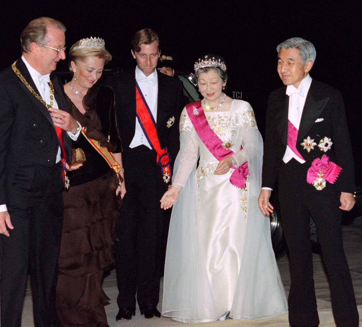 The Belgian King Albert II (L) and Queen Paola (2ndL) and their eldest son, crown Prince Philippe of Belgium (C) are welcomed by Japanese Empress Michiko and Emperor Akihito, at the Imperial Palace for a diner, on October 22, 1996 in Tokyo