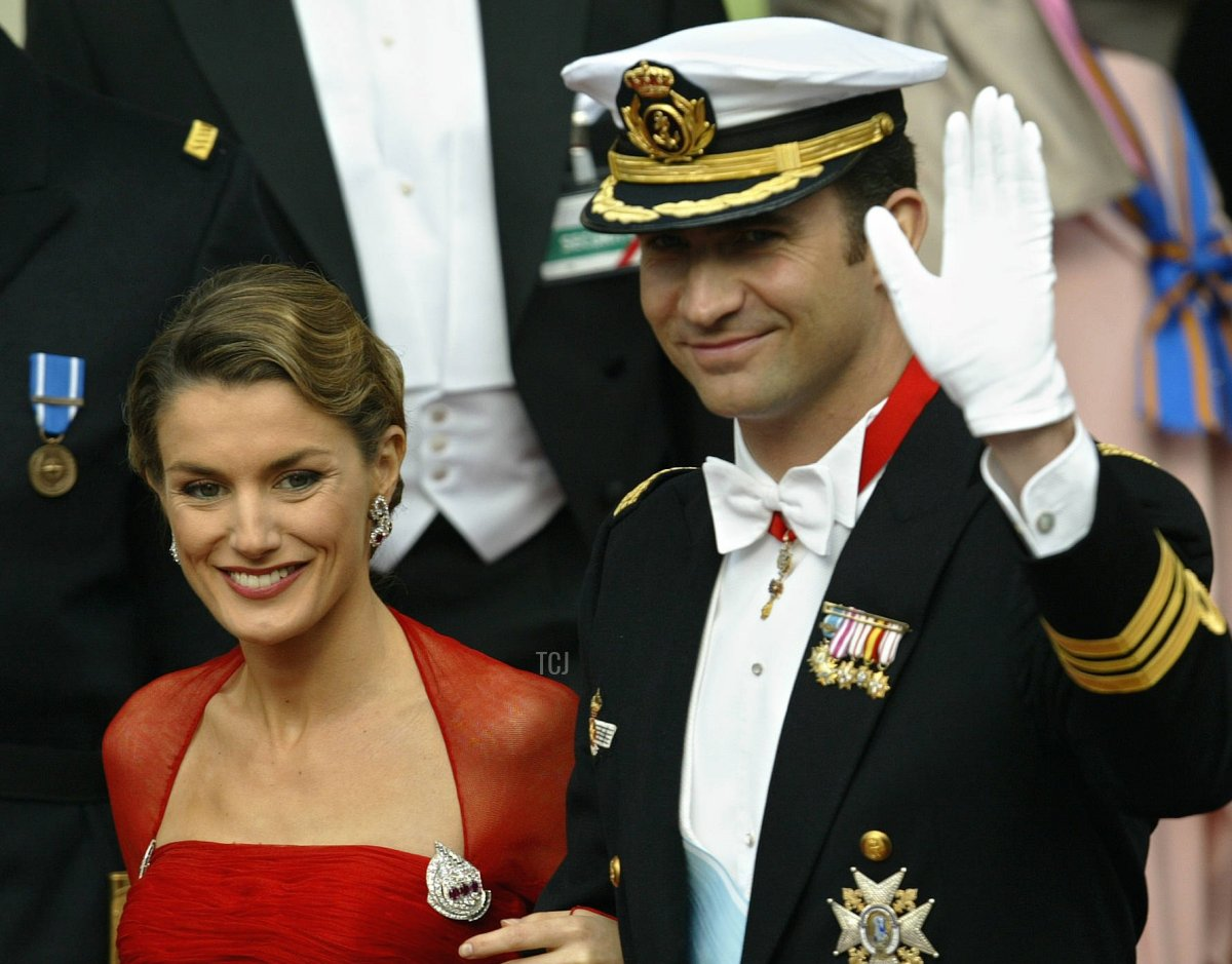 Crown Prince Felipe of Spain and his fiancee Letizia Ortiz leave the Copenhagen Cathedral in Copenhagen, 14 May 2004, after the wedding of Mary Elisabeth Donaldson and Crown Prince Frederik of Denmark