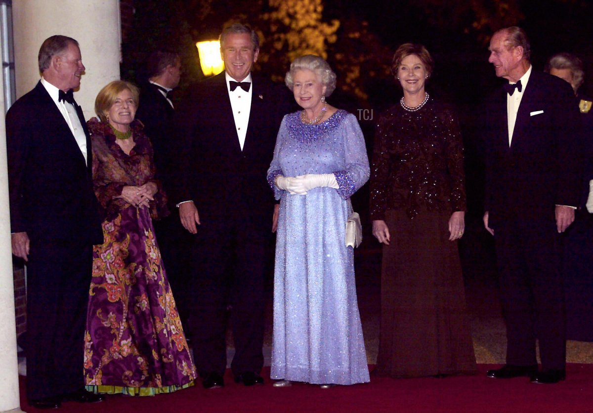U.S. Ambassador William Farish (L), his wife Sarah (2nd L), U.S. President George W. Bush (3rd L), Britain's Queen Elizabeth II (3rd R), First Lady Laura Bush (2nd R), and the Duke of Edinburgh pose outside at Winfield House, the home of the U.S. Ambassador, 20 November 2003 in London for the return banquet