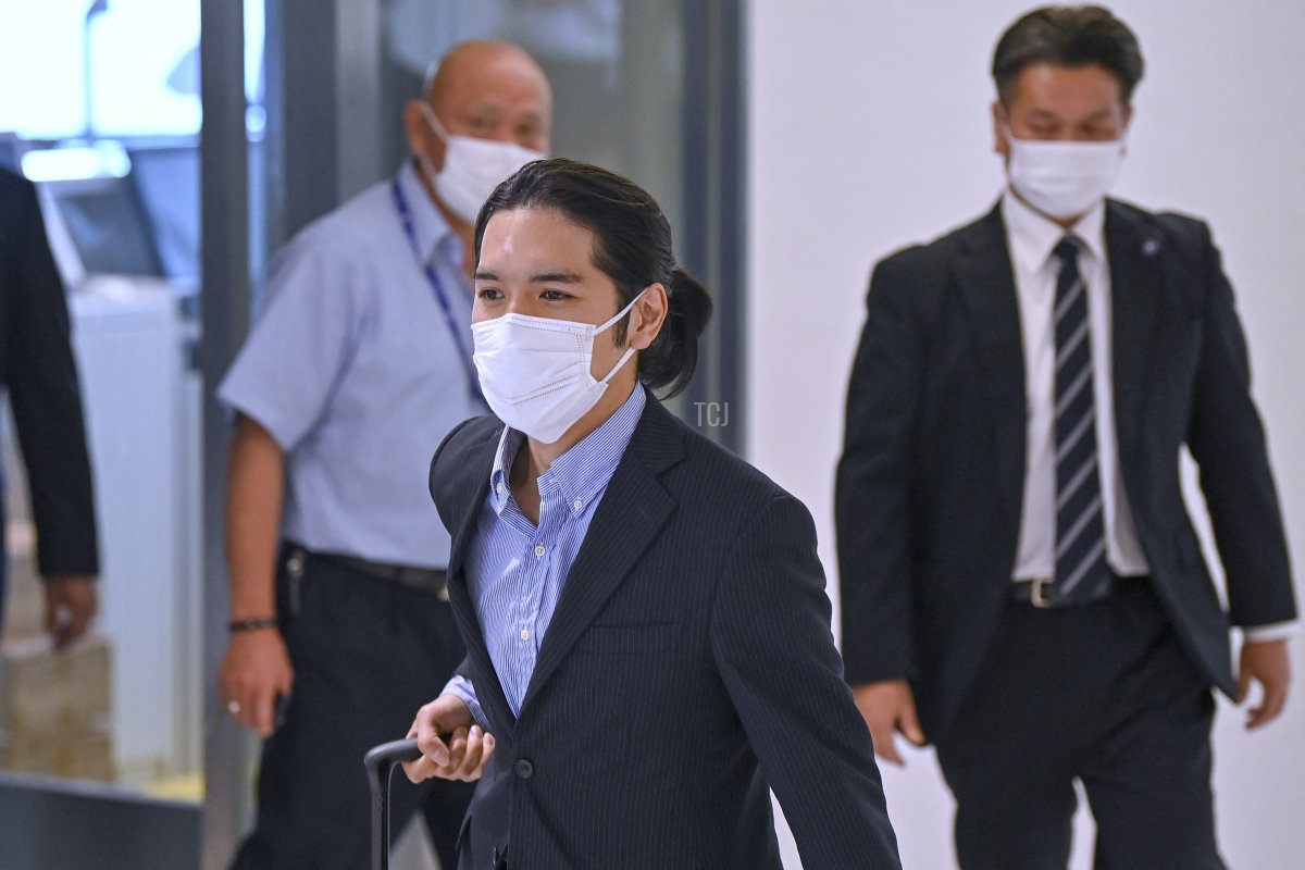 Kei Komuro (C), the boyfriend of Japan's Princess Mako, arrives at Narita airport in Chiba Prefecture on September 27, 2021 from the United States