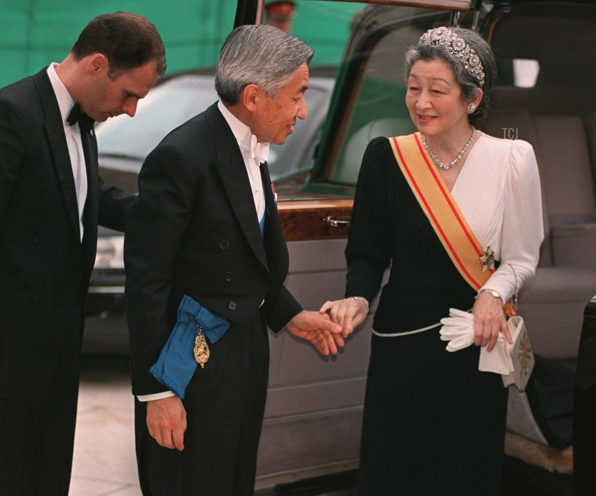 Emperor Akihito and Empress Michiko of Japan hold hands, 27 May 1998, before a banquet at the Guildhall in honour of Japanese Emperor Akihito and Empresses visit to Britain