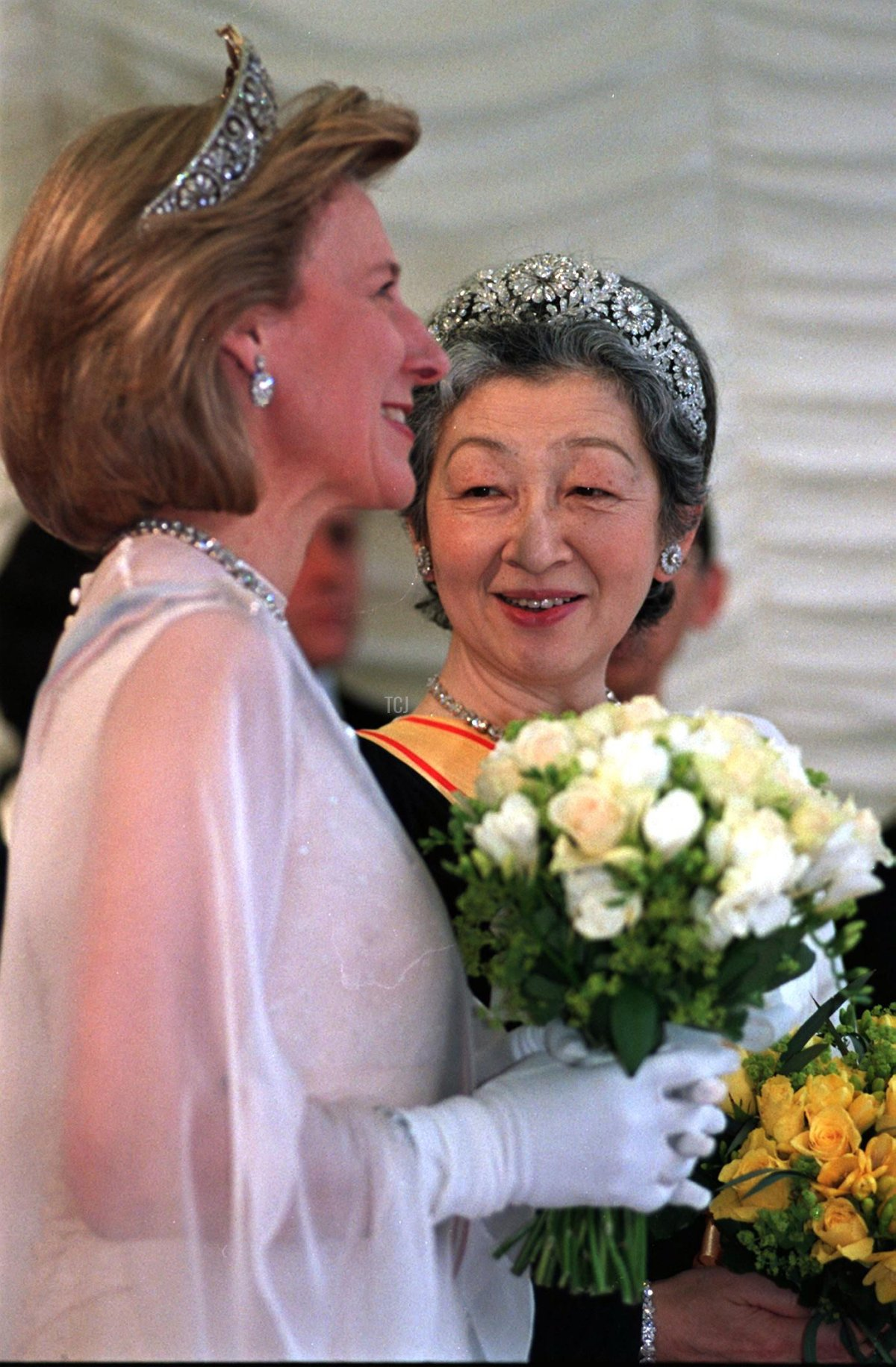Empress Michiko of Japan (R) chats with the Duchess Birgitte of Gloucester (L) 27 May before a banquet at the Guildhall in honour of Japanese Emperor Akihito visit to Britain