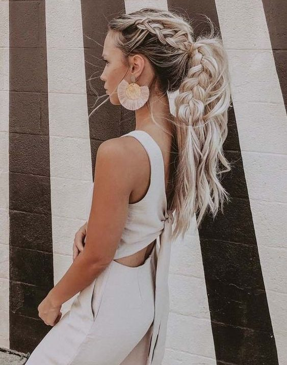 Εύκολα χτενίσματα για μαλλιά που φριζάρουν