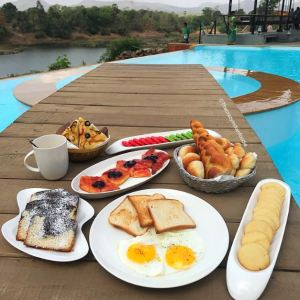Breakfast by the pool at Anchaviyo.
