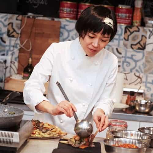 Sun Young Koo Chef coreana in cucina