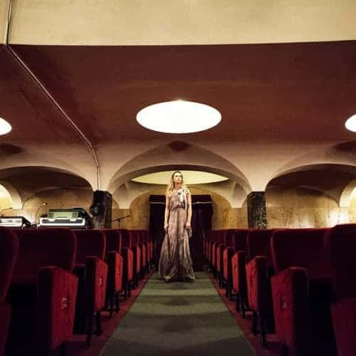 Milena Mancini tra le poltrone del teatro