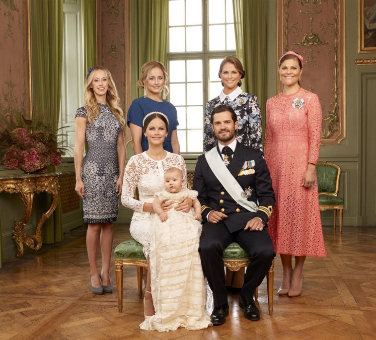 Sofia and Carl Philips sisters joined them for a photo. Mattias Edwall, The Royal Court, Sweden