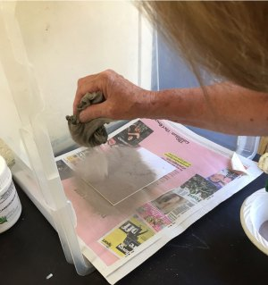 Pouncing carborundum powder onto a gluey plate