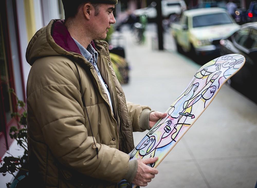 L'artiste Lucas Beaufort et un skateboard qu'il a réalisé