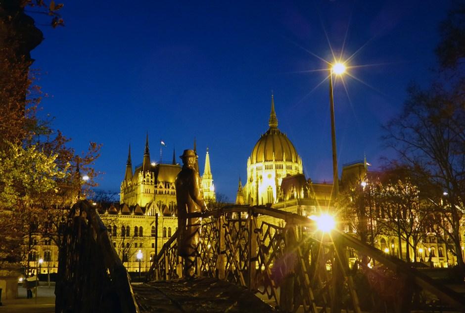 Quartier du Parlement de Budapest de nuit