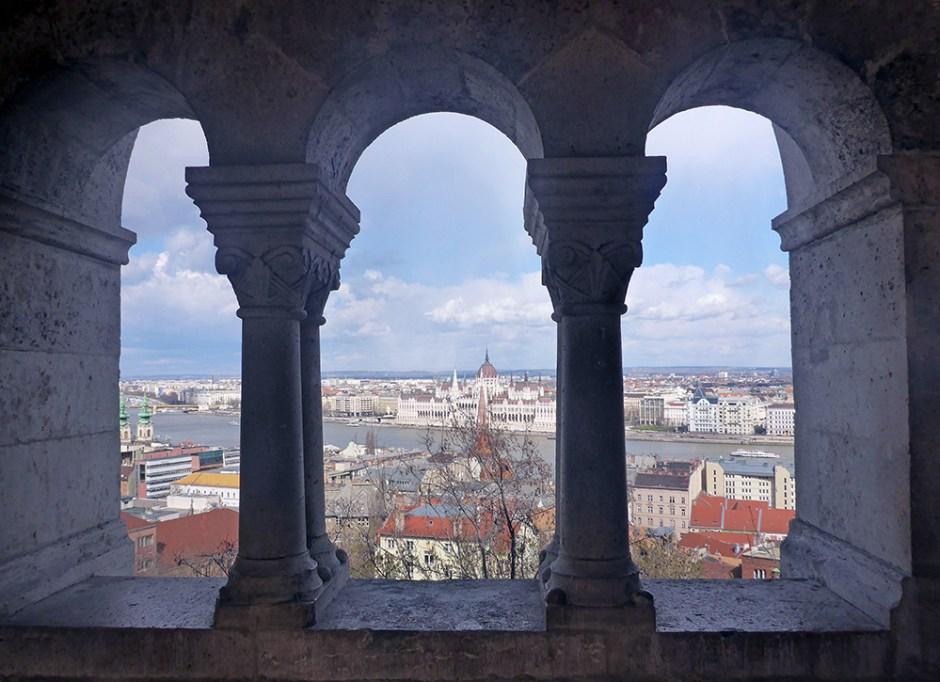 Vue sur le Parlement du Bastion des pêcheurs / Fisherman's Bastion de Budapest