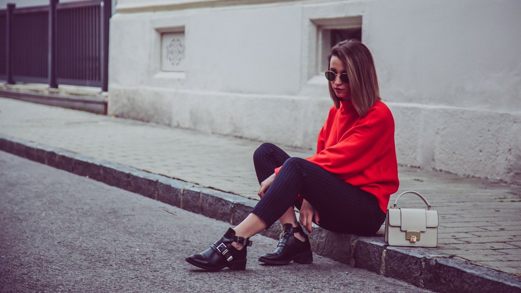 thediaryofbianca Beitragsbild_red-jumper-pinstripe-trousers-cut-out-boots-3