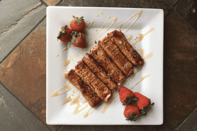 How good do these HEALTHY strawberry cream cheese French toast roll ups look? This is by far NOT your average French toast recipe. 4 roll ups is ONLY 170 calories. #HealthyFrenchToast