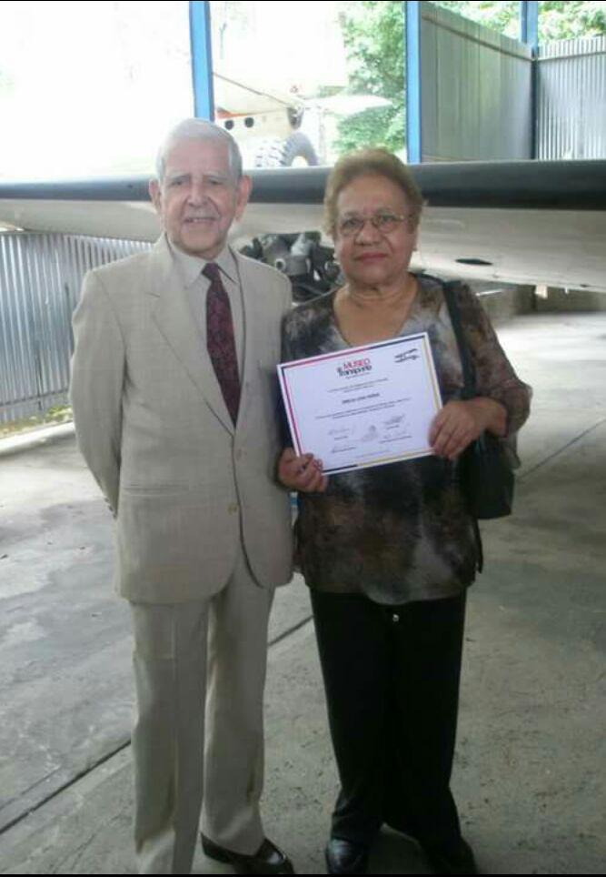 Doña Amelia Lara Faría primera Controladora de Tránsito Aéreo en Venezuela y Latinoamérica junto a Rubén Alfonso