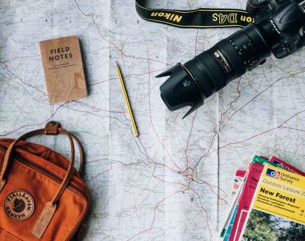 Mapa con artículos de viaje.