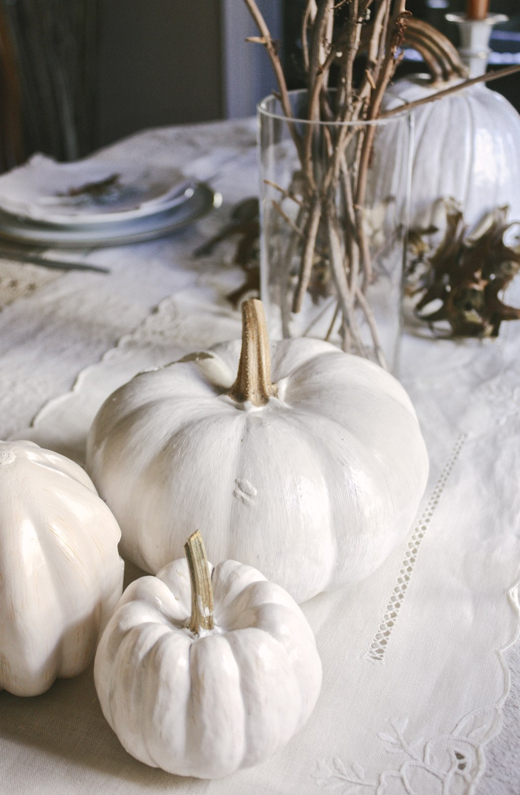 A Charming Minimalist White Thanksgiving Table || Dreamery Events