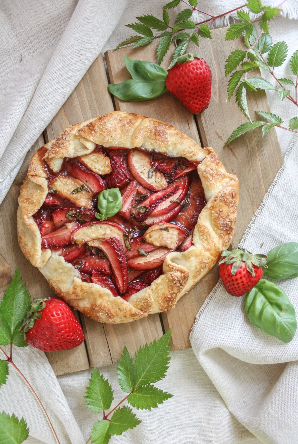 Summer Fruit & Herb Pairings :: Strawberry, Peach + Balsamic Basil Pie || Dreamery Events