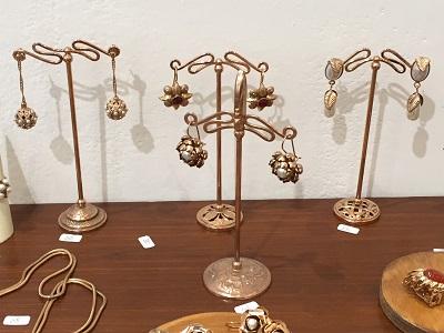 Shopping for earrings at  small shop, Stilelibero Monili, Via Ghibellina.