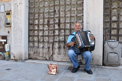One euro for the accordion player.
