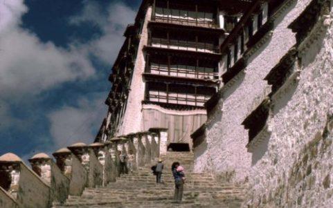 potala_palace_stairway_lhasa_tibet_1987-1080x675-by-uli-zimmerman