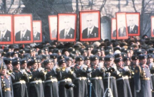 Soldados em Moscou olham para o funeral do líder soviético e ex-chefe da KGB Yuri Andropov em 1984. Sete anos depois, a União Soviética entrou em colapso (AFP / Getty Images)