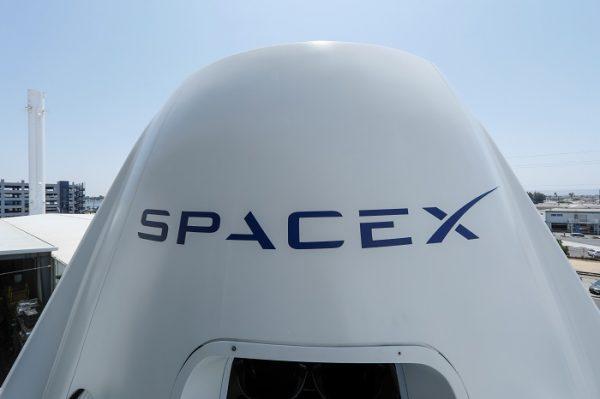 O topo de uma réplica da nave Crew Dragon na sede da SpaceX em Hawthorne, Califórnia, em 13 de agosto de 2018 (Mike Blake / Reuters)