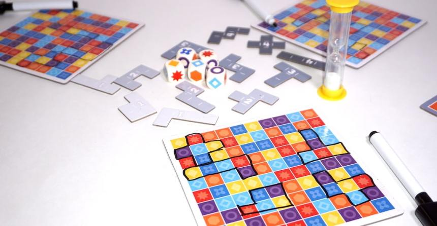 5er Finden eraseable boards, dice, sand timer, and polyomino shapes.